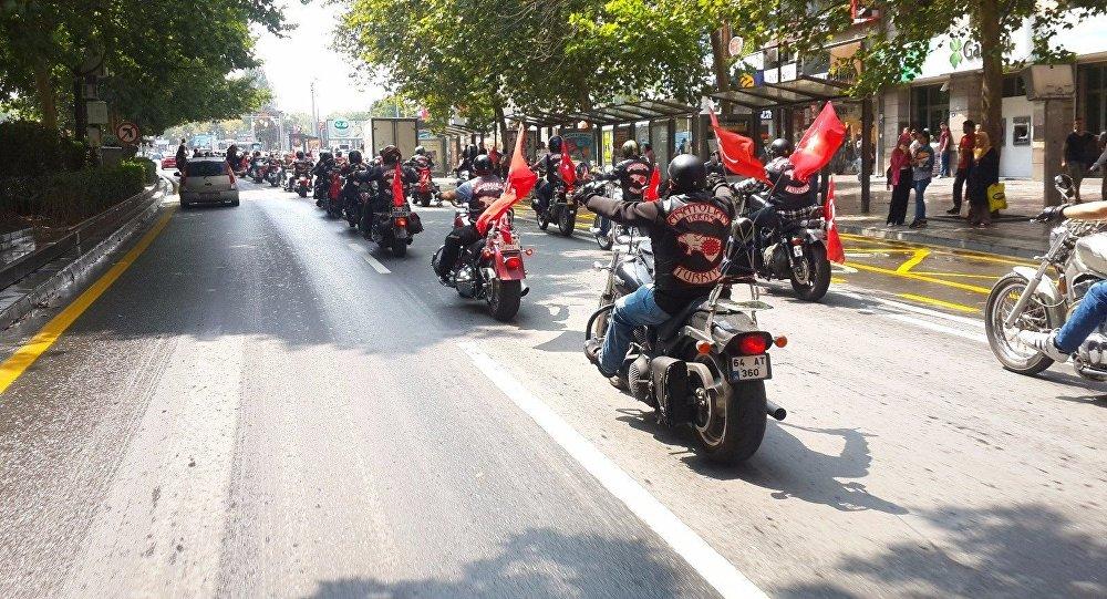 Członkowie tureckiego klubu motocyklowego Anatolian Tigers