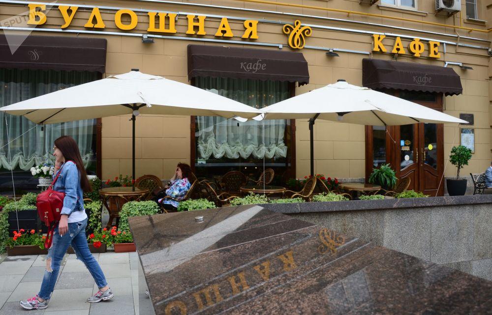 Goście kawiarni na ulicy Zhitnyaya w Moskwie