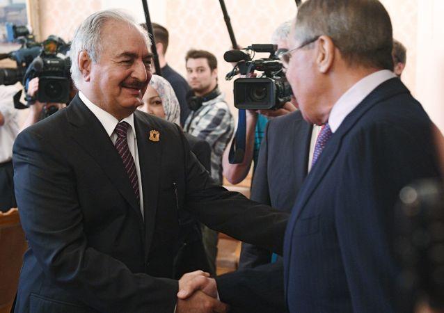 Dowódca Libijskiej Armii Narodowej marszałek Chalifa Haftar i minister spraw zagranicznych Rosji Siergiej Ławrow