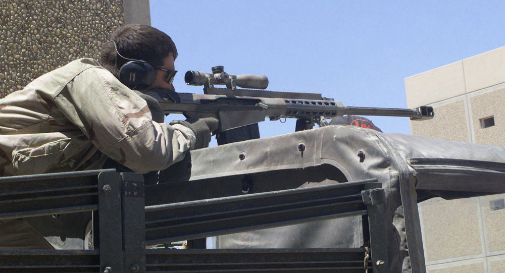 Snajper z amerykańskim karabinem wielkokalibrowym Barrett M82A1