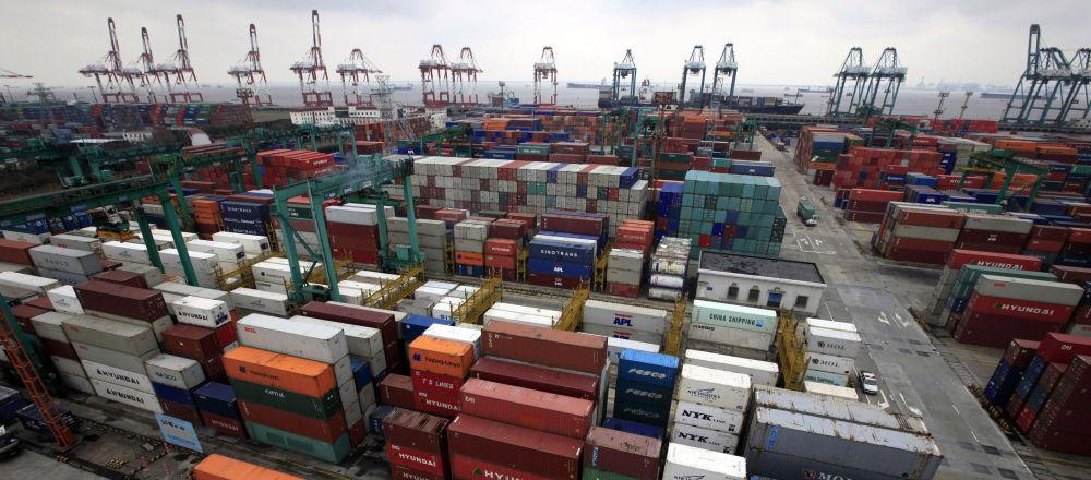 Kontenery w porcie w Szanghaju, Chiny