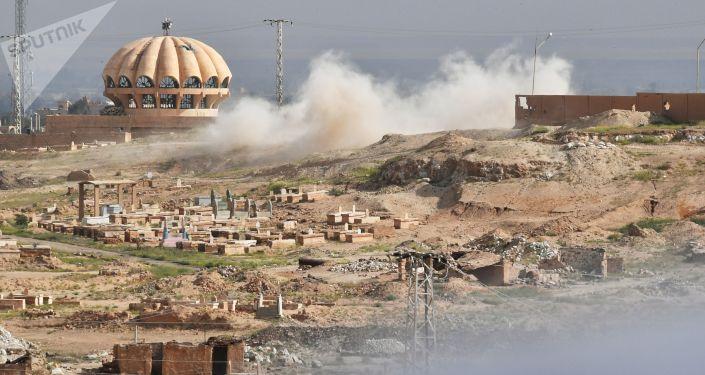 Ostrzał przez terrorystów PI pozycji Syryjskiej Republikańskiej Gwardii Narodowej na obrzeżach Dajr-az-Zaur. Zdjęcie archiwalne