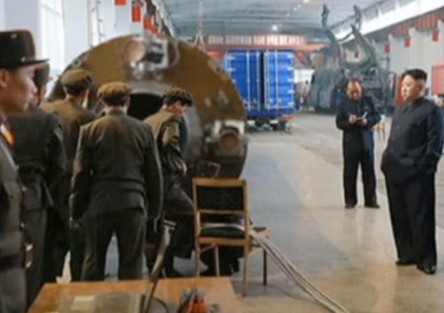 Kadr z nagrania z inspekcji północnokoreańskiego przywódcy Kim Dzong Una zakładu budowy rakiet