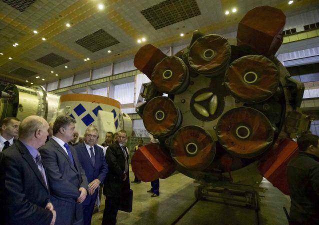 Prezydent Ukrainy Petro Poroszenko podczas wizytacji Jużmasza