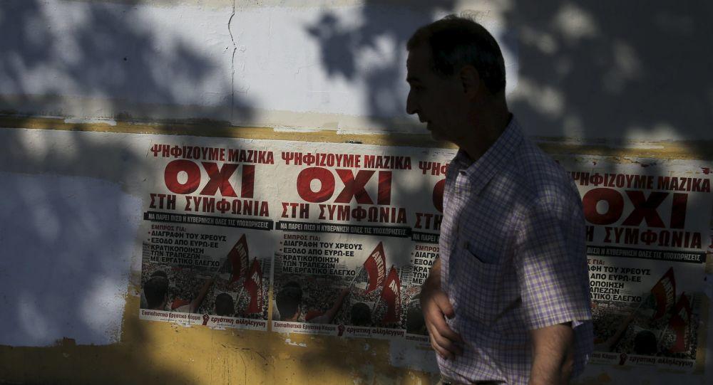 Ulice Aten z plakatami o referendum