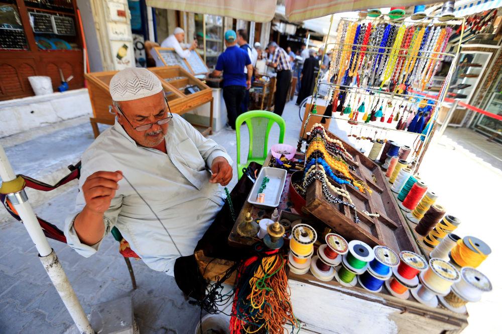 Sprzedawca biżuterii na targu w Bagdadzie