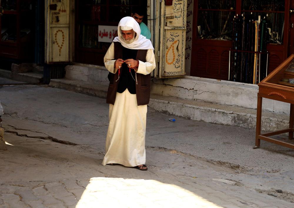 Uliczny sprzedawca na targu w Bagdadzie