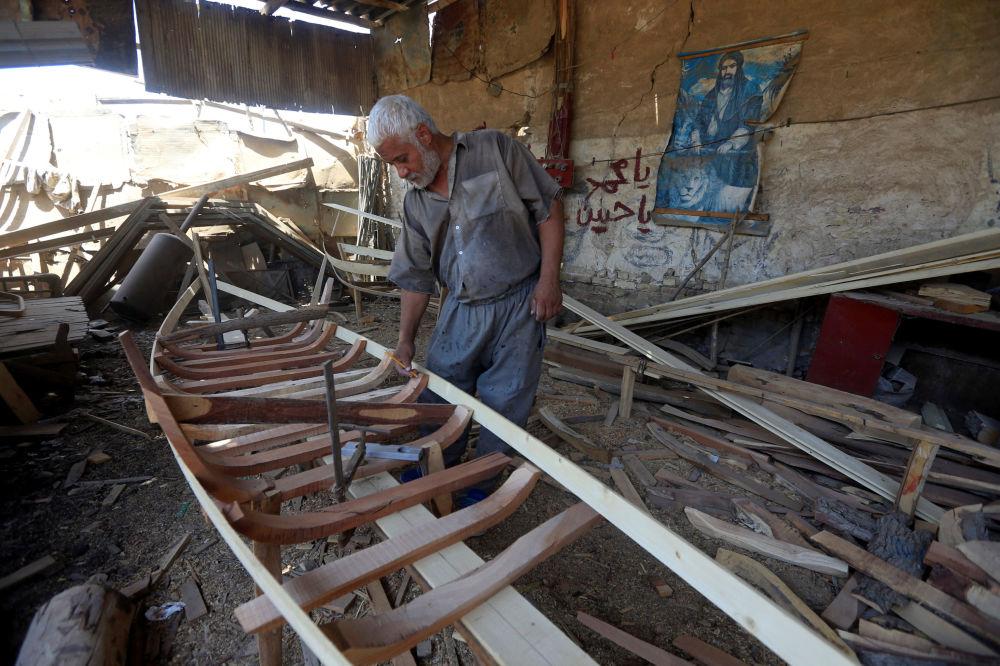 Pracownik buduje łódkę, Irak