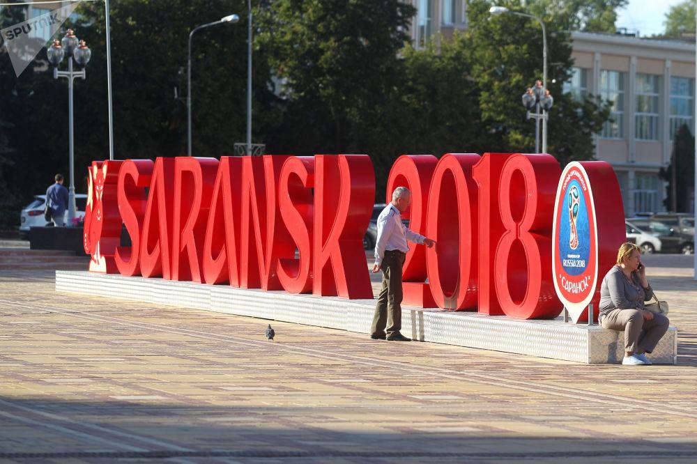 Instalacja z symbolem Mistrzostw Świata w Piłce Nożnej 2018 na placu Tysiąclecia w  Sarańsku.