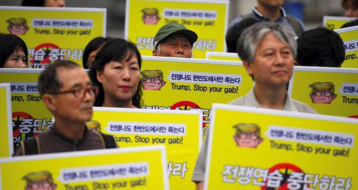 Mieszkańcy Korei Południowej protestujący w pobliżu ambasady USA w Seulu przeciwko ćwiczeniom wojskowym Korei Południowej i USA UFG