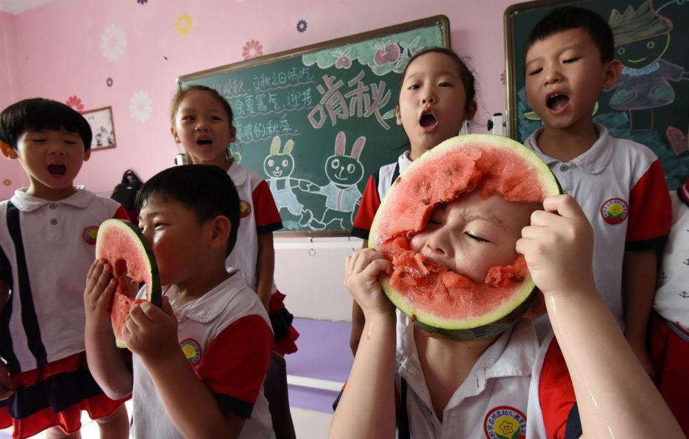 Konkurencja szybkiego jedzenia arbuza w przedszkolu w mieście Handan, Chiny