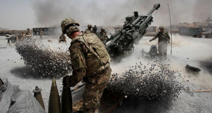 Amerykańscy żołnierze podczas ostrzału artyleryjskiego w Afganistanie