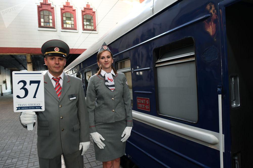 Konduktorzy pociągu turystycznego Carska Rosja wyruszającego w podróż z Moskwy do Pekinu