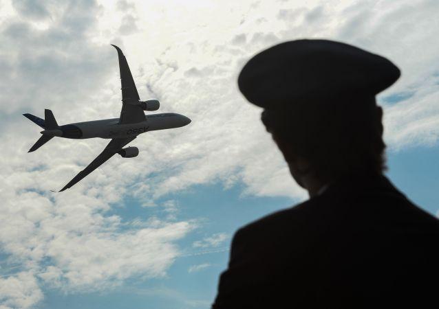 Samolot Airbus A350 podczas lotu pokazowego na Międzynarodowym Salonie Lotniczym i Kosmicznym MAKS 2015 w podmoskiewskim Żukowskim