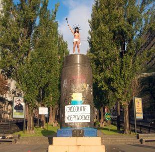 Aktywistka ruchu Femen na postumencie zburzonego pomnika Lenina w Kijowie