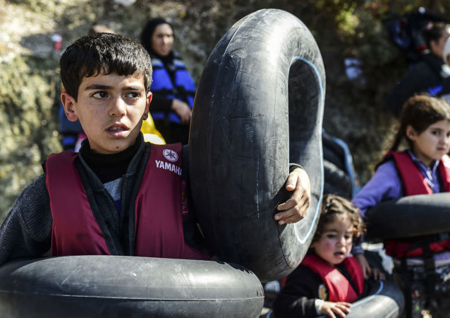 Syryjscy uchodźcy w kamizelkach ratunkowych