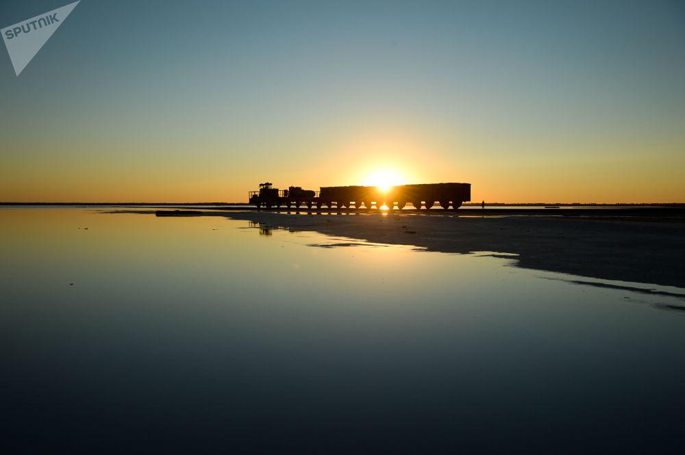 Kolej przy słonym jeziorze w Kraju Ałtajskim