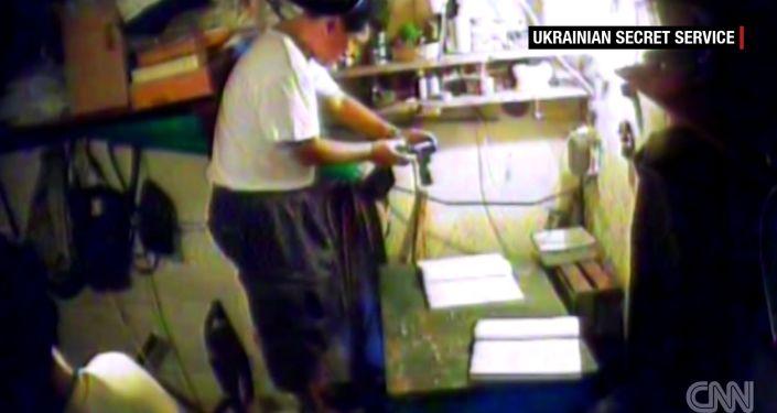 """Screenshot z filmu stacji telewizyjnego CNN o operacji ukraińskich służb specjalnych, które w 2011 roku aresztowały dwóch obywateli KRLD, którzy próbowali ukraść """"tajemnice rakietowe"""" Ukrainy"""