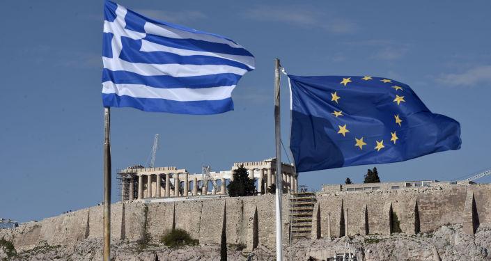 Flag Grecji i UE rozwiewają się przed Akropolem w Atenach