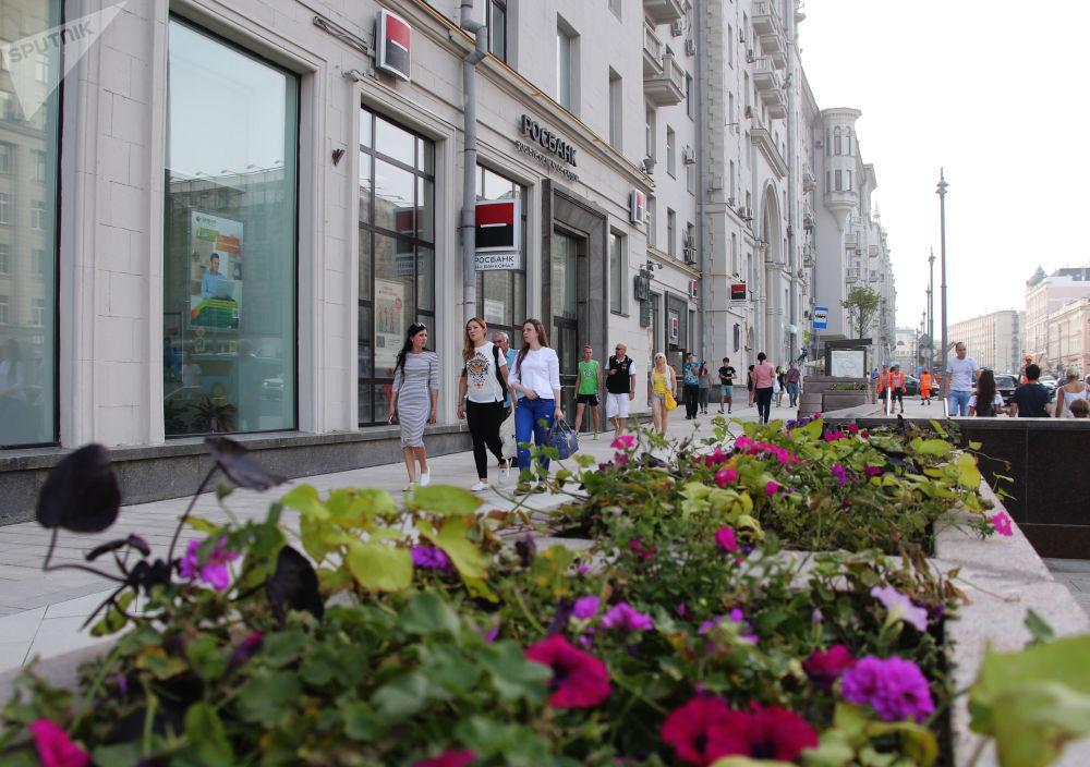Mieszkańcy na ulicy Twierskaja, która ponownie jest otwarta po rekonstrukcji