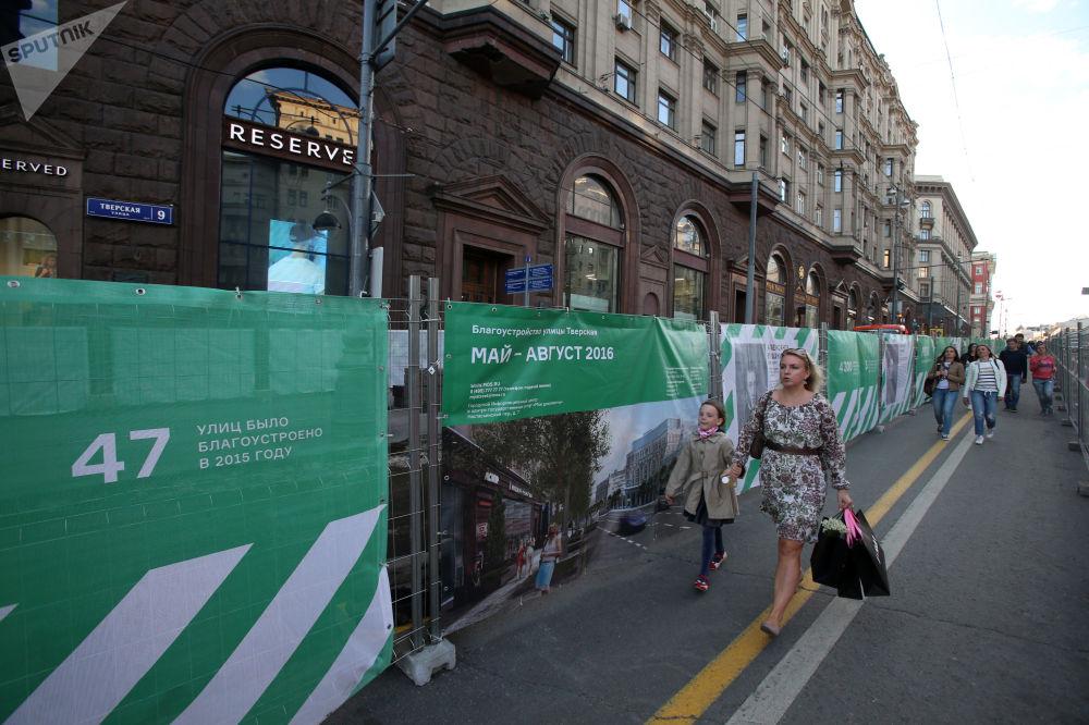 Przechodnie na ulicy Twierskaja w Moskwie podczas rekonstrukcji