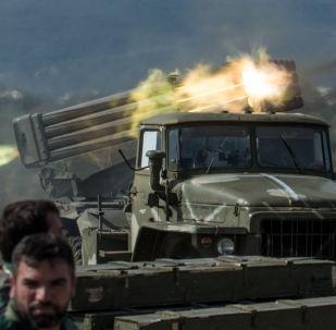 Artylerzyści syryjskiej armii na stanowiskach w prowincji Idlib w północno-zachodniej Syrii. Zdjęcie archiwalne
