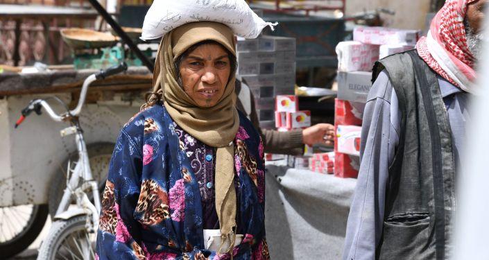 Kobieta na ulicy syryjskiego miasta Dajr az-Zaur