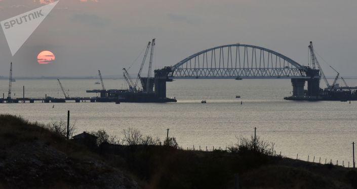 Łuk kolejowy budowanego mostu przez Cieśninę Kerczeńską