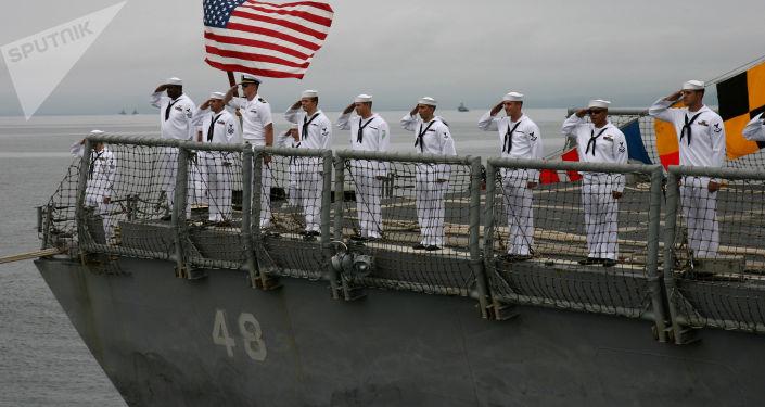 Amerykańscy wojskowi na fregacie marynarki wojennej USA