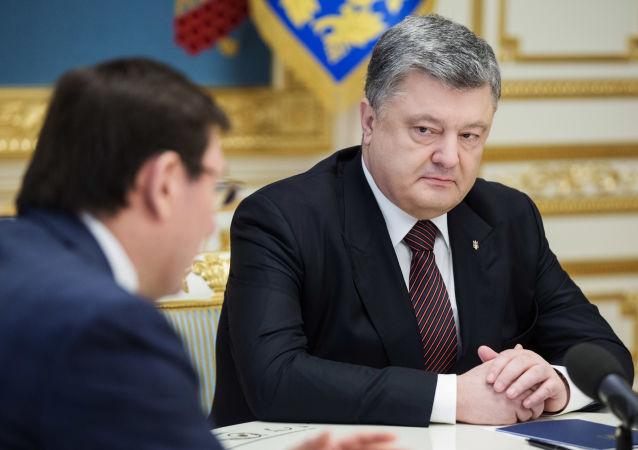 Prezydent Ukrainy Petro Poroszenko na naradzie z prokuratorem generalnym Ukrainy Jurijem Łucenką w Kijowie