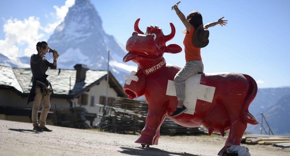 Japońscy turyści robią zdjęcia w górach Szwajcarii
