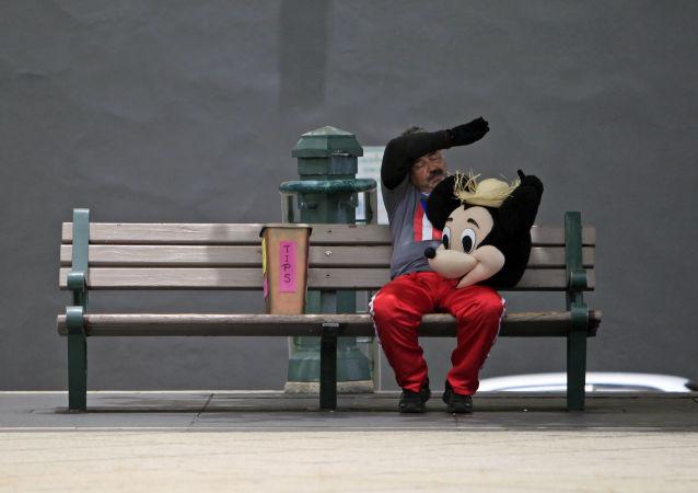 Mężczyzna w stroju Myszki Miki
