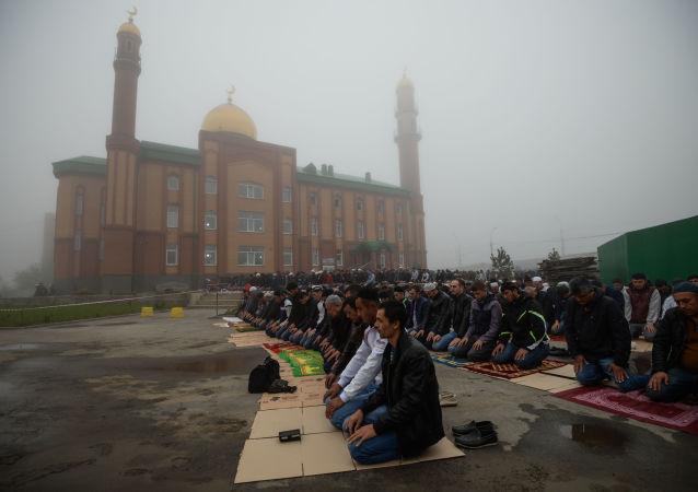 Święto Ofiarowania Kurban Bajram w pobliżu Meczetu Sheikh Kunta-Haji Kishiev w Nowosybirsku