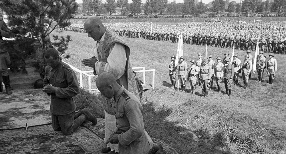 Ksiądz modli się z żołnierzami Wojska Polskiego. 1944 rok.
