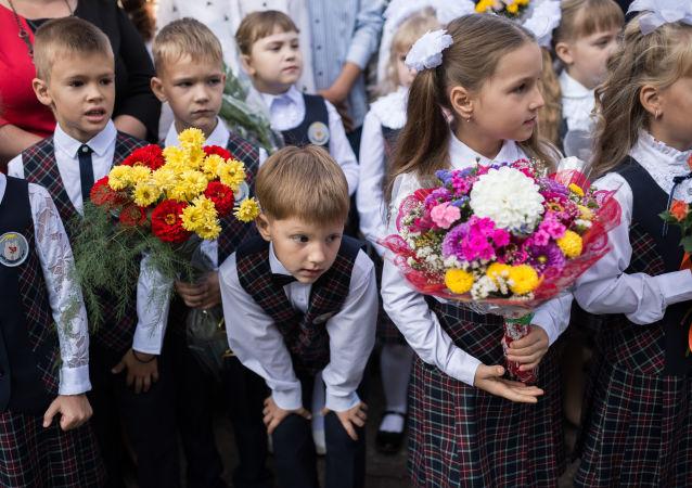 Uczniowie szkoły nr 26 w Omsku na uroczystym apelu poświęconym Dniu Wiedzy