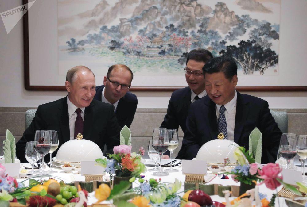 Władimir Putin i Xi Jinping podczas biznes lunchu
