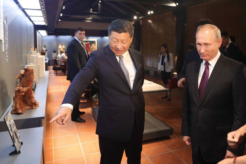 Władimir Putin i Xi Jinping na wystawie przedmiotów dziedzictwa kulturowego Chin