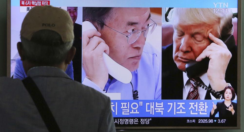 Program południowokoreańskiej telewizji o rozmowach prezydenta USA Donalda Trumpa z prezydentem Republiki Korei Moon Jae-in na temat dostawy broni
