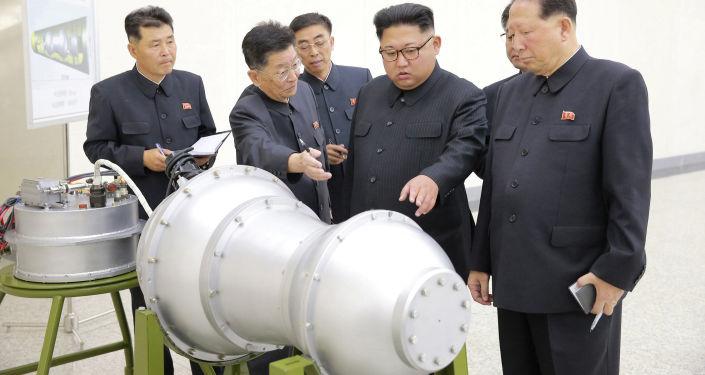 Przywódca Korei Północnej Kim Dzong Un podczas inspekcji opracowań nuklearnych w Pjongjangu