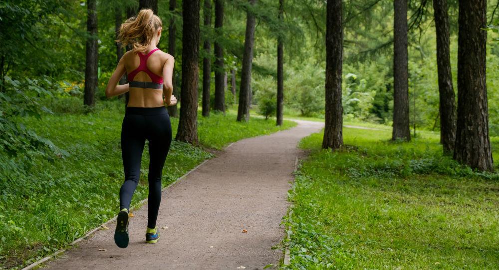 Dziewczyna biegająca w parku