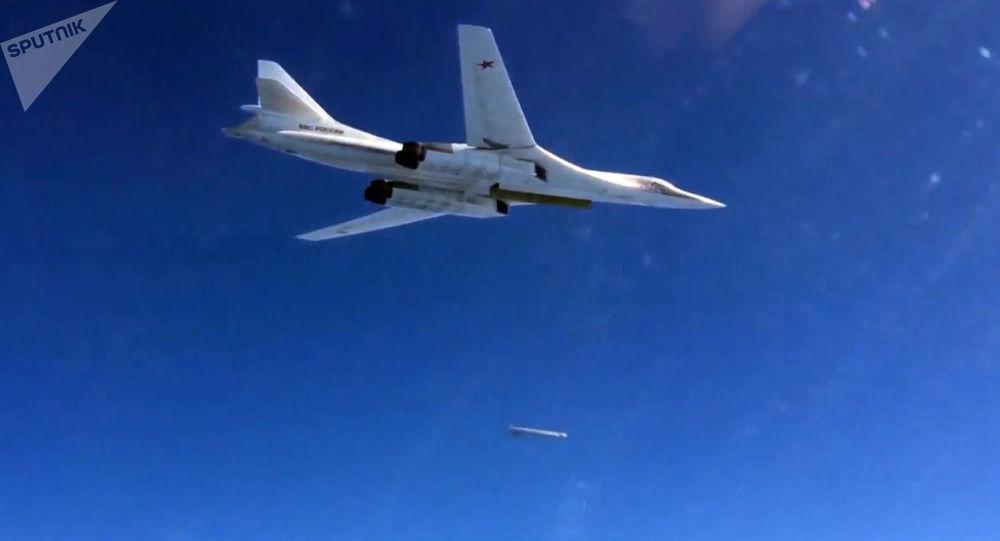 Bombowiec Tu-160 Sił Powietrzno-Kosmicznych Rosji wystrzeliwuje pociski manewrujące nad Morzem Śródziemnym na obiekty PI (zakazane w Rosji) w Syrii