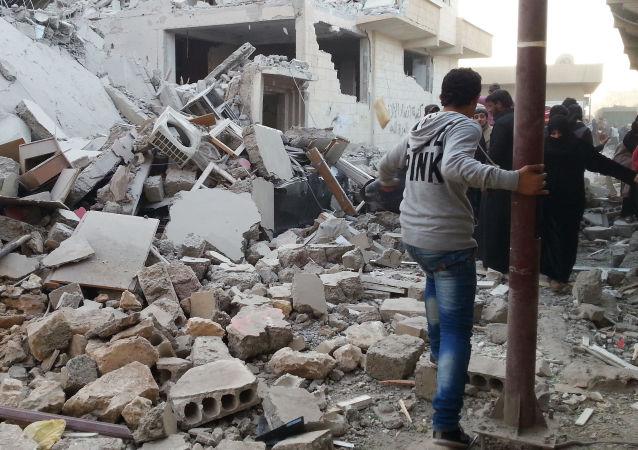 Zniszczenia po nalocie koalicji dowodzonej przez USA