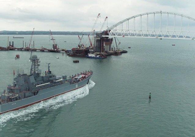 Rosyjski okręt desantowy Azow przepłynął pod łukiem Mostu Krymskiego