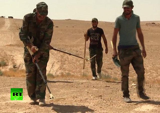 Syryjscy żołnierze rozminowali drogę