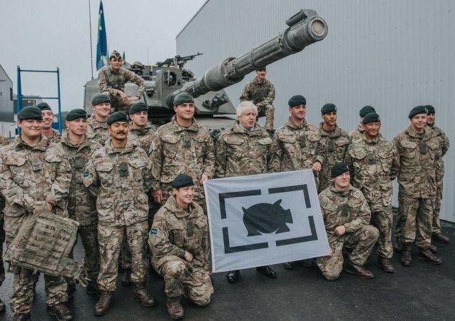 Szef MSZ Wielkiej Brytanii Boris Johnson podczas spotkania z żołnierzami w bazie wojennej w Tapa, Estonia