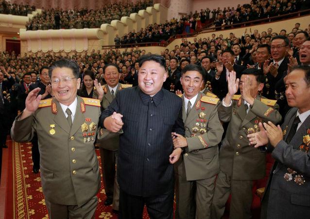Lider Kim Dzong Un w czasie świętowania z inżynierami i uczonymi