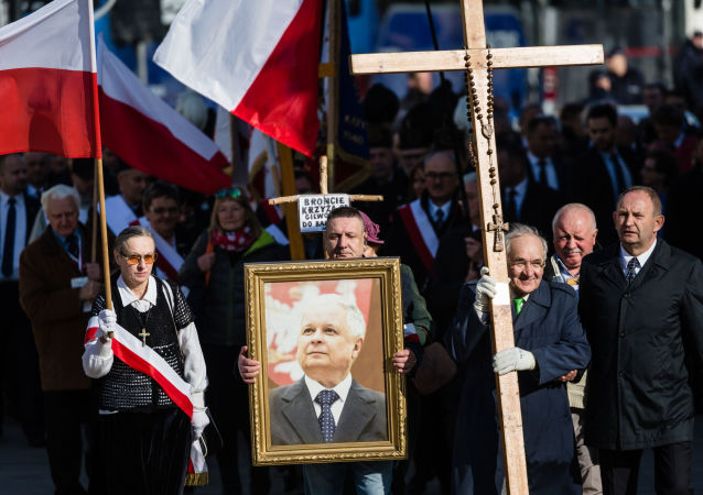Zwolennicy Prawa i Sprawiedliwości podczas obchodów rocznicy katastrofy pod Smoleńskiem