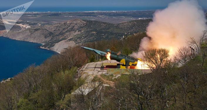 """Odpalenie rakiety manewrującej w cel nawodny z nadbrzeżnego systemu rakietowego """"Uties"""""""