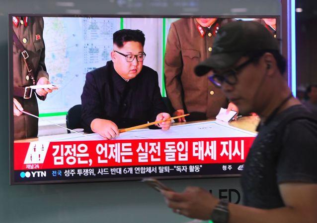Телевизионный выпуск новостей с лидером КНДР Ким Чен Ыном на ж/д станции в Сеуле