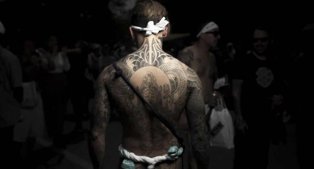 Mężczyzna z tradycyjnym tatuażem yakuza Yrezumi na festiwalu Sanja Matsuri w Tokio.